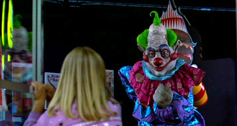 Un fotogramma del film Killer Klowns from Outer Space