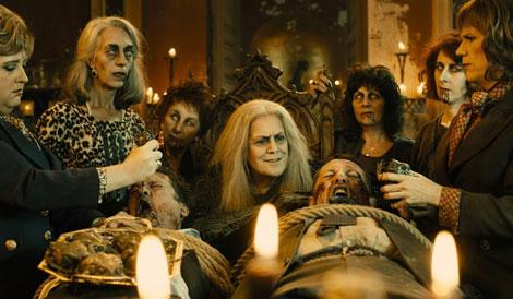 Un fotogramma del film horror/commedia Le Streghe son tornate (Las brujas de Zugarramurdi, 2013)