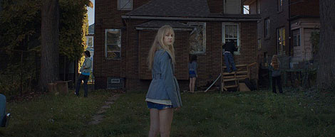 Un fotogramma del film horror It Follows (2014)