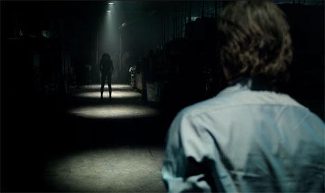 Un fotogramma del film horror Lights Out (2016)