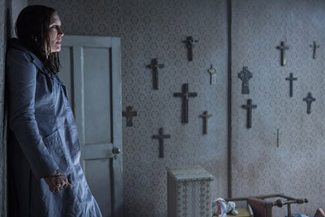 L'attrice Vera Farmiga in un fotogramma del film horror The Conjuring 2: L'Evocazione