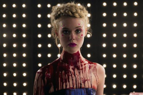 Un fotogramma del film horror The Neon Demon (2016)