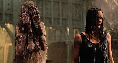 Un fotogramma del film horror The Other Side of the Door (2016)