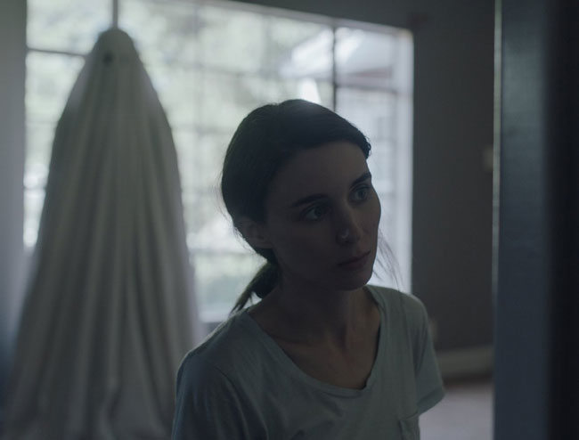 Un fotogramma del film del 2017 A Ghost Story