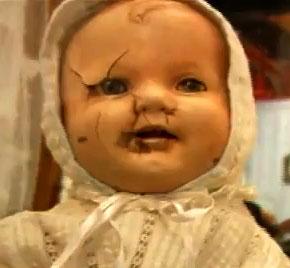 Il volto in porcellana crepato di Mandy, la bambola maledetta