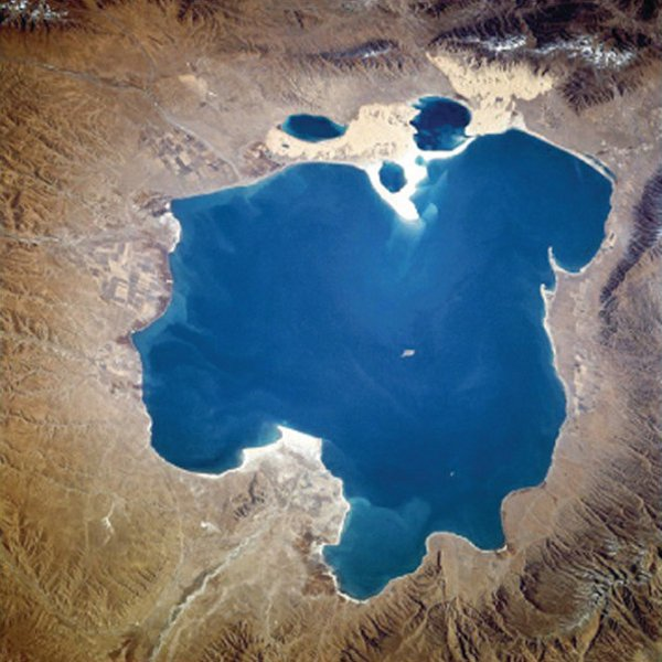 Il lago salato ai piedi del monte Baigong
