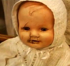 Un primo piano del volto rovinato della bambola maledetta Mandy