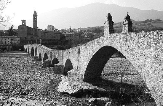 Una foto del Ponte Gobbo a Borgo a Bobbio (PC)