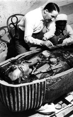 Carter al lavoro sul sarcofago di Tutankhamon
