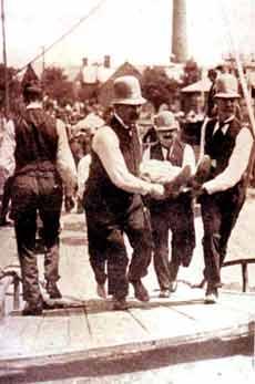 I cadaveri vengono portati via dalle acque