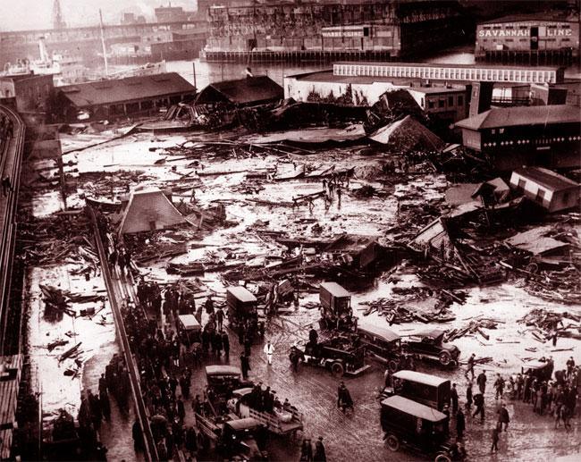 L'area del porto devastata dall'esplosione di melassa