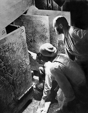 Carter e il suo staff al lavoro nella tomba di Tutankhamon