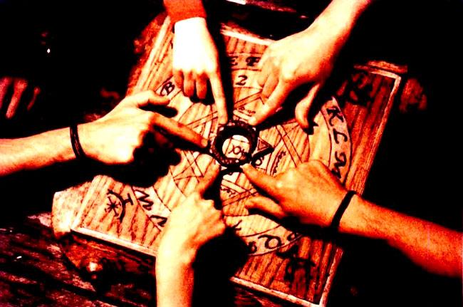 Una seduta spiritica con tavola Ouija