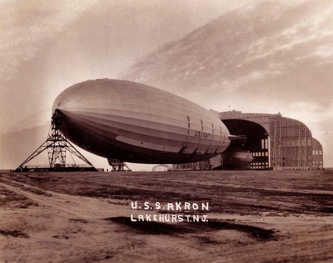 Il dirigibile Akron appena uscito dal suo hangar