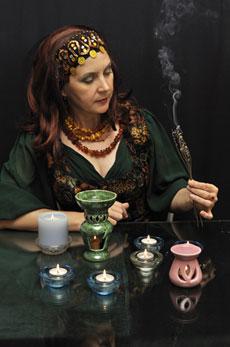 La foto di una maga nel mezzo di un rituale magico