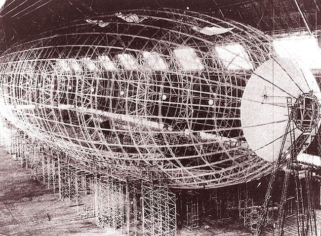 Una foto dell'USS Akron in costruzione