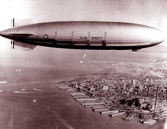 L'Akron in volo sopra un porto