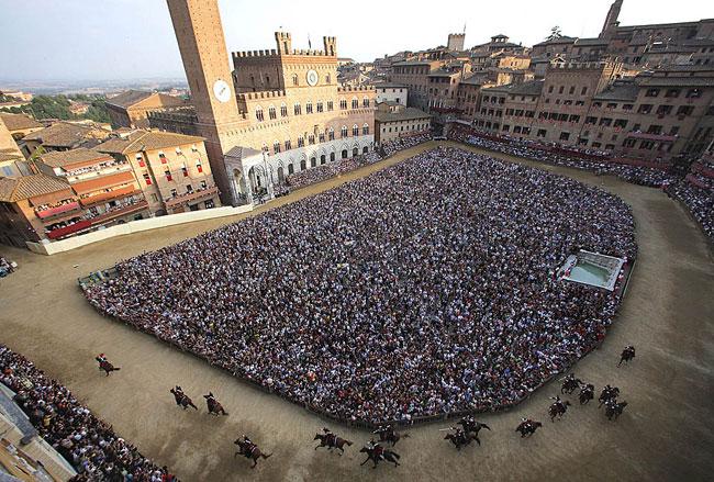 La piazza del Campo durante il Palio di Siena