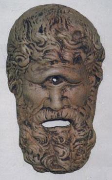 Il volto in pietra del ciclope Polifemo