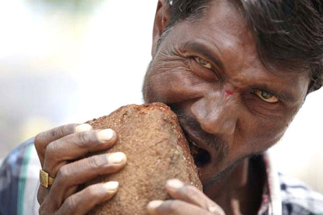Una foto di Pakkirappa Hunagundi, l'uomo che mangia i mattoni