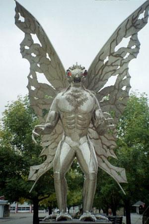 La statua dedicata al Mothman