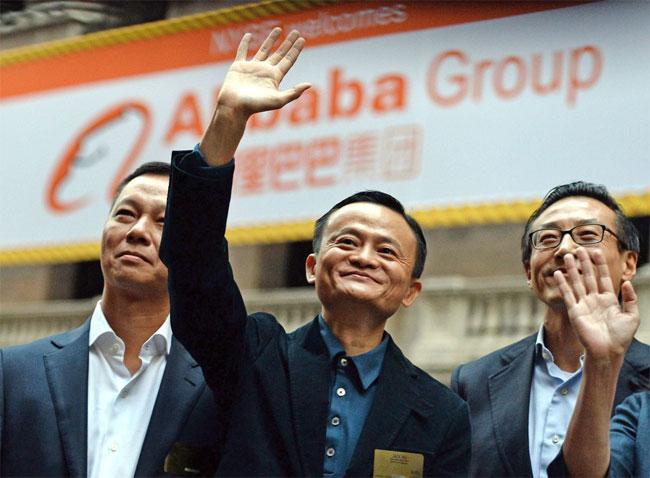 Una foto del fondatore e presidente di Alibaba Group Jack Ma (al centro)