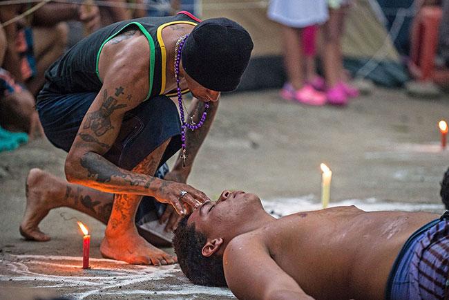 Un rito di Santeria cubana in strada, tra religione ed esoterismo