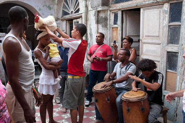 Una cerimonia di guarigione con i tamburi tipici della Santeria