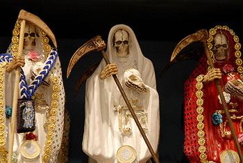 Statue volitive di santi e divinità della Santeria