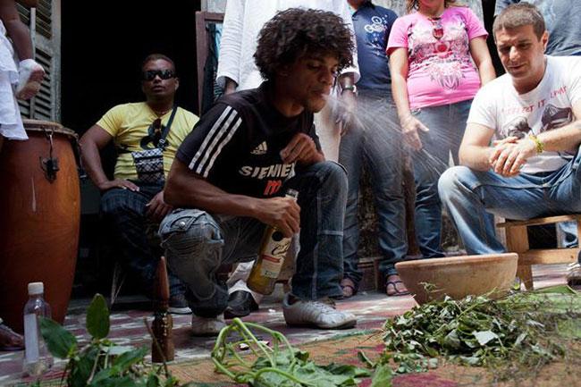 La foto di uno stregone di Santeria cubano nel mezzo di una cerimonia