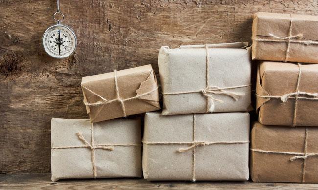 Una foto con dei pacchi di prodotti in attesa di essere spediti: i tempi di consegna potrebbero essere lunghi