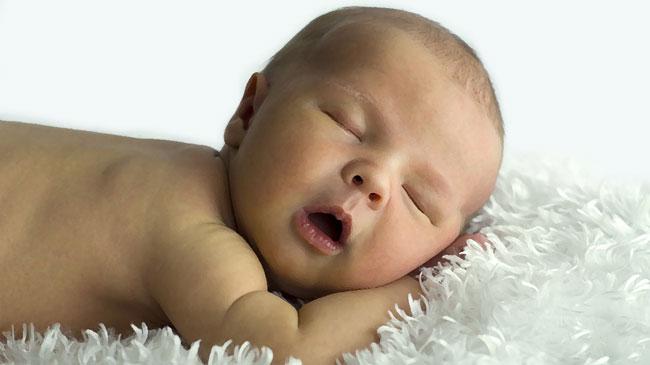Un bimbo addormentato