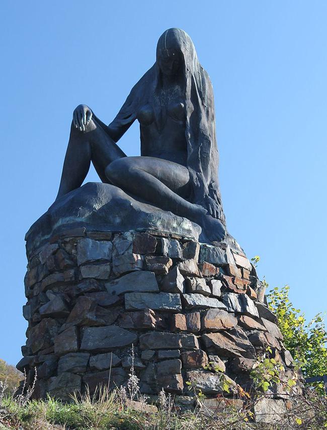 Una statua in bronzo raffigurante l'ondina Lorelei