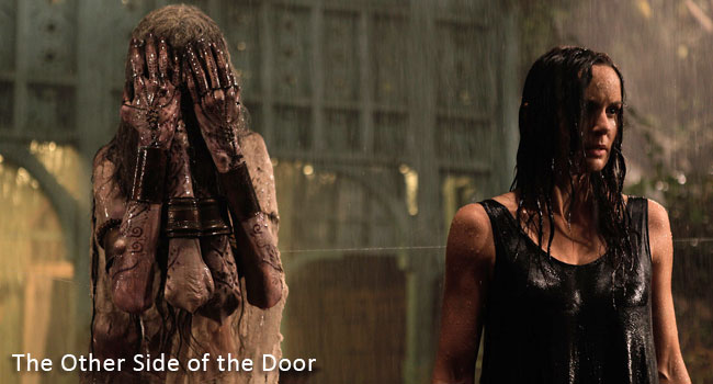 Una foto dal film horror originale del 2016 intitolato The Other Side of the Door