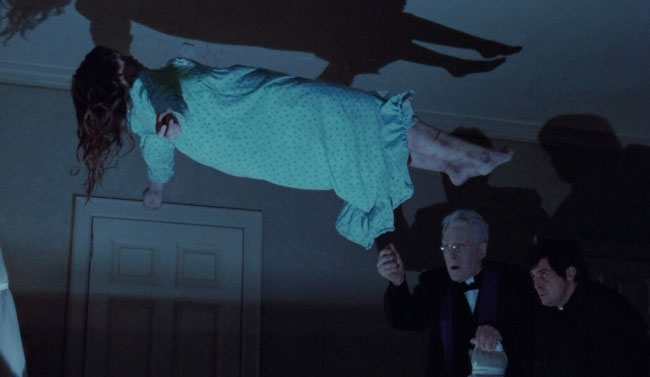 Padre Merrin pratica un esorcismo su Regan nel film The Exorcist