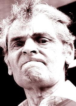 Il serial killer Peter Tobin all'uscita da un processo