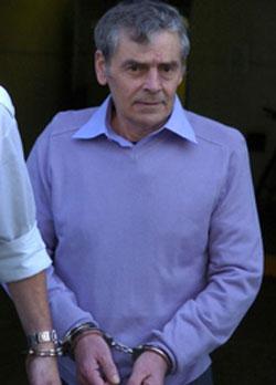 Una foto di Peter Tobin all'uscita da un processo