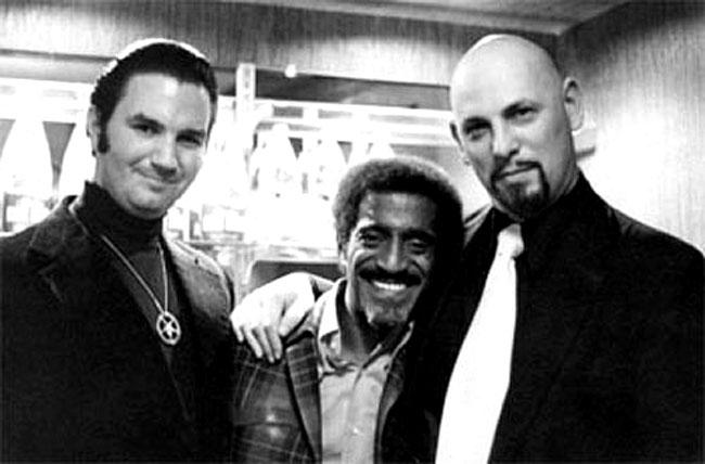 Una foto di Michael A. Aquino, Sammy Davis jr e Anton LaVey