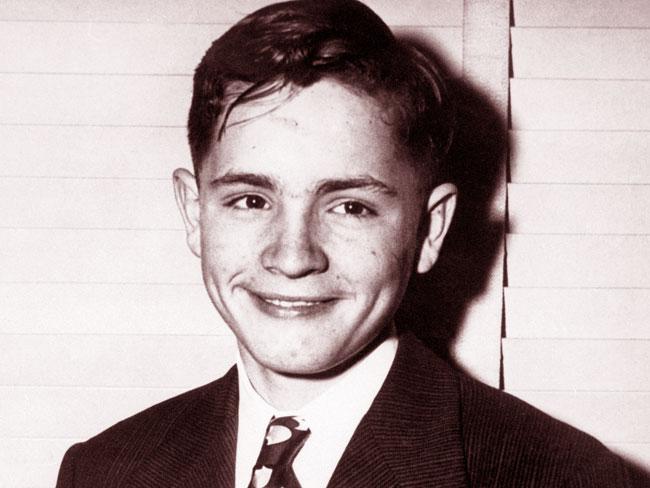 Una foto di un sorridente Charles Manson da ragazzo
